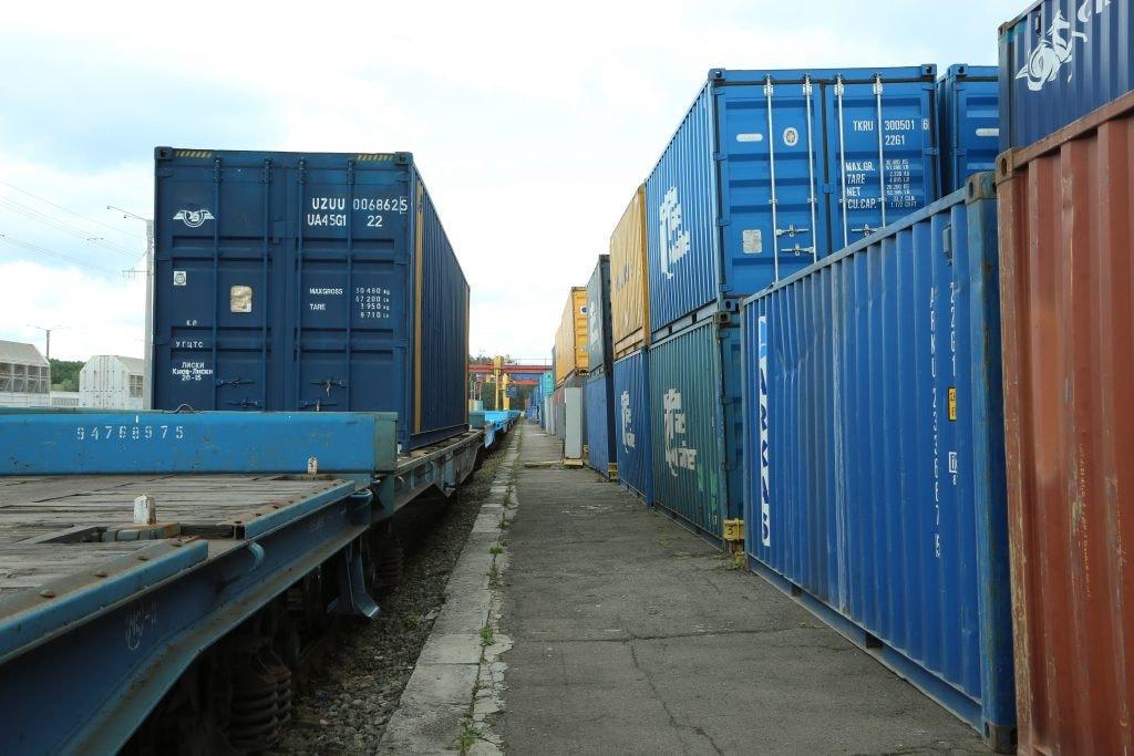На железной дороге зачастую не хватает ни контейнеров, ни поездов