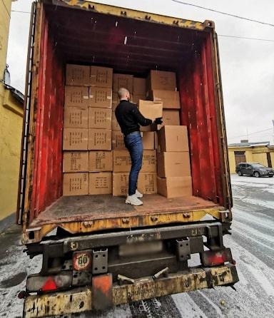 Наши сотрудники разгружают товары для маникюра на складе в Санкт-Петербурге