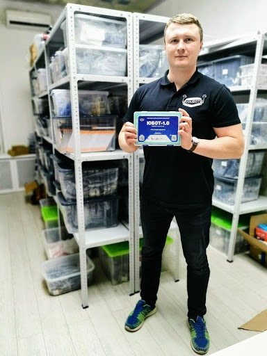На фото Евгений — основатель интернет-магазина с готовым набором для роботостроения